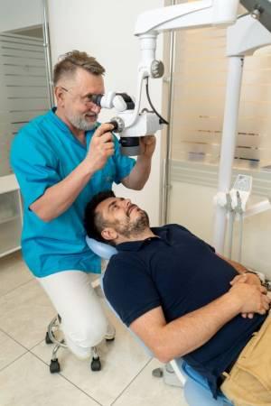 dr Siemieniuta-mikroskop-pacjent